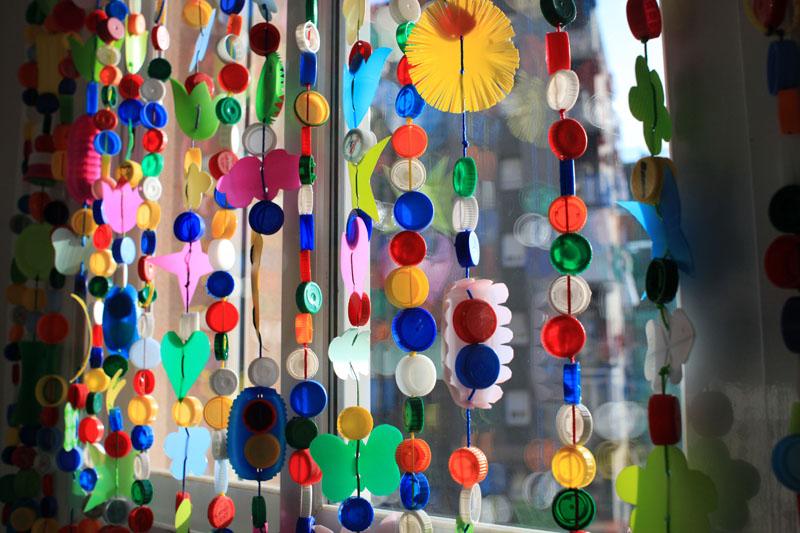 Cortinas para puertas interiores y exteriores con tapones for Puertas recicladas para decorar